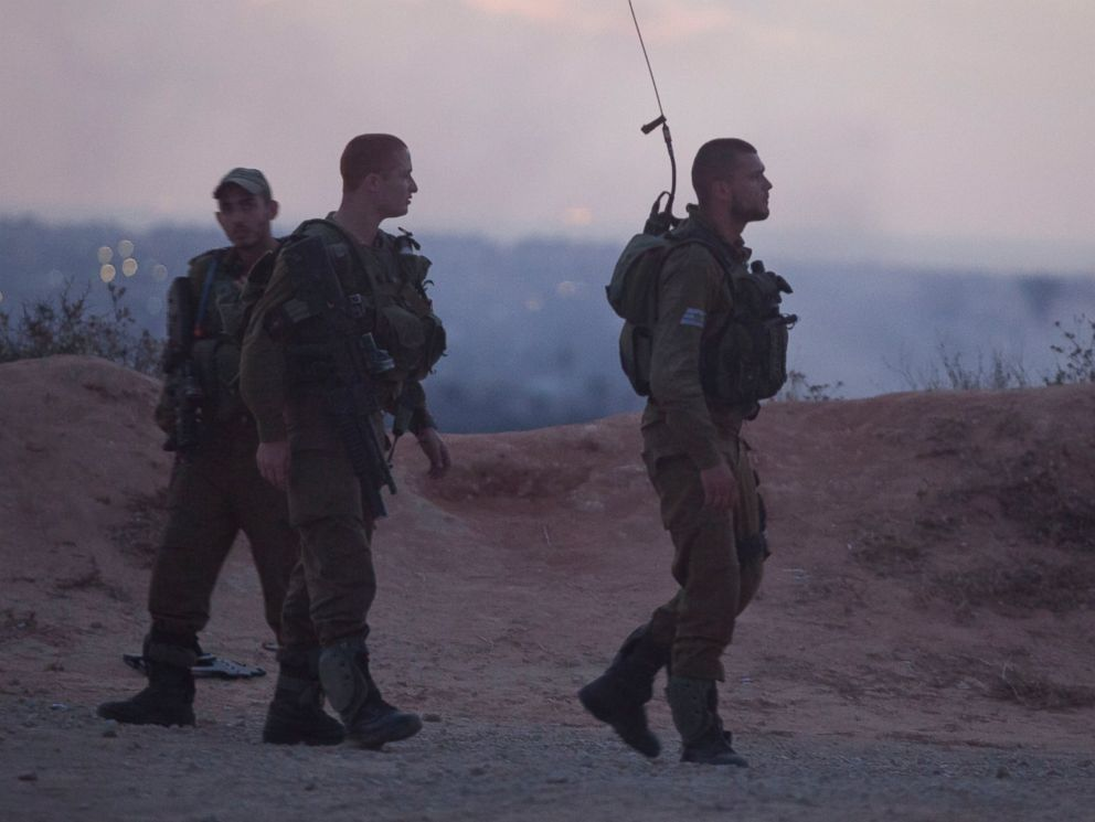 PHOTO: חיילים ישראליים ראו לאורך הגבול עם עזה ב17 יולי 2014 בגבול של ישראל עם רצועת עזה.