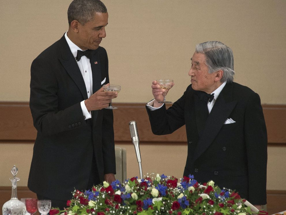 PHOTO: US President Barack Obama (L) toasts with Japanese Emperor Akihito (R) during the official state dinner at the Imperial Palace in Tokyo, April 24, 2014.