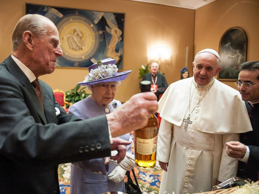 PHOTO: Queen Elizabeth II and Prince Philip exchange gifts with Pope Francis at the Paul VI Hall, April 3, 2014 in Vatican City, Vatican.