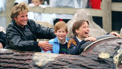 PHOTO: Diana Princess Of Wales, Prince William and Prince Harry visit The 'Thorpe Park' Amusement Park, April 13, 1993.