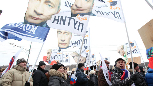 PHOTO: People carry banners in support of Vladimir Putin during a procession ahead of a mass rally, Feb. 23, 2012 in Moscow, Russia.