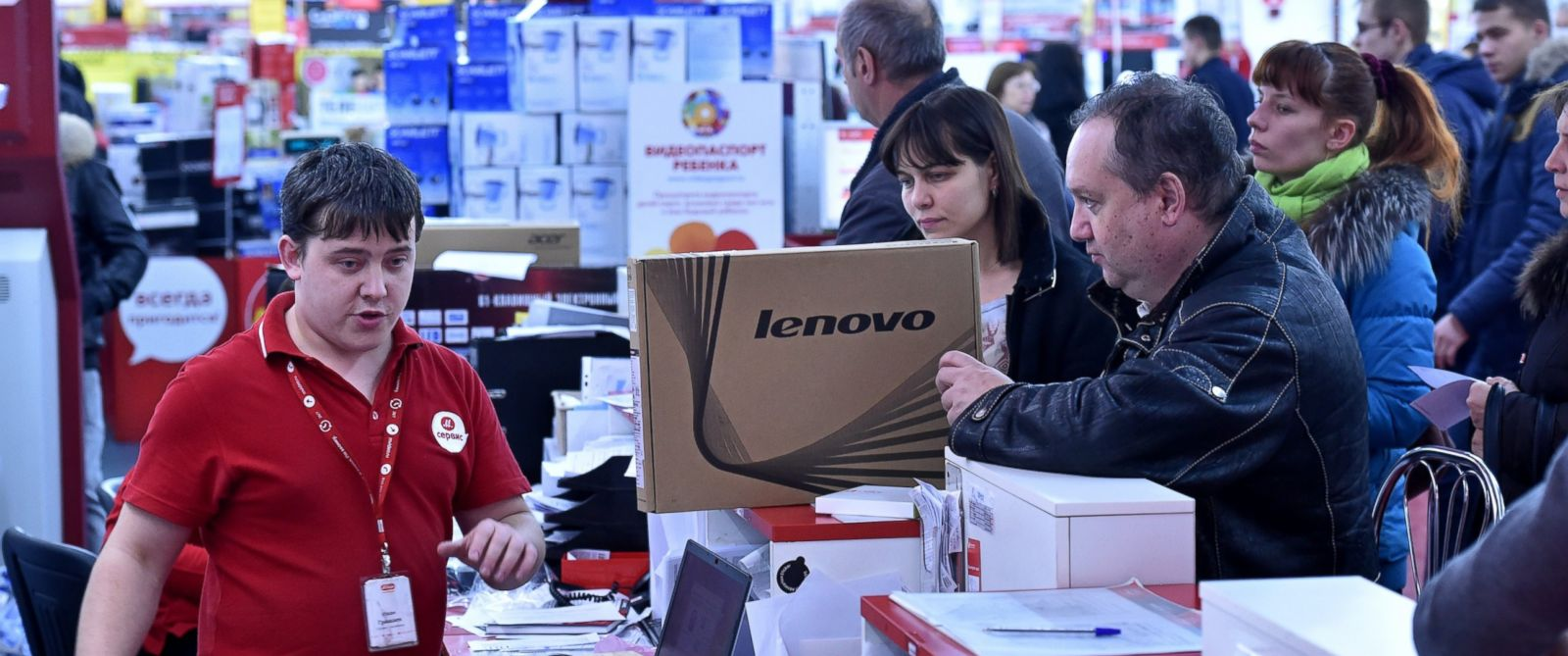 PHOTO: Shoppers line up to buy electronics at a mall in central Moscow on Dec. 15, 2014.
