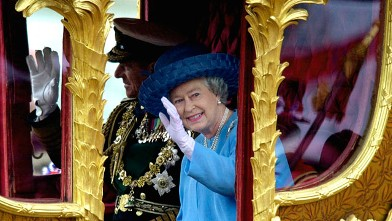 PHOTO: Queen Elizabeth II rides with Prince Philip in the Gold State Coach during the procession from Buckingham Palace to St. Paul's.