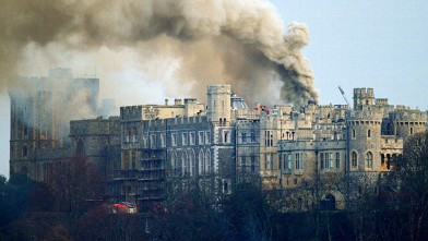 PHOTO: NOVEMBER 20, 1992_Windsor Castle on fire_Getty_56799877.jpg