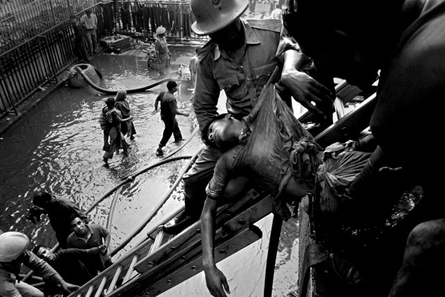 ht abir bangladesh garment traps victim ladder thg 130501 wblog The Deadly Cost of Cheap Clothing: Dangers in Bangladesh