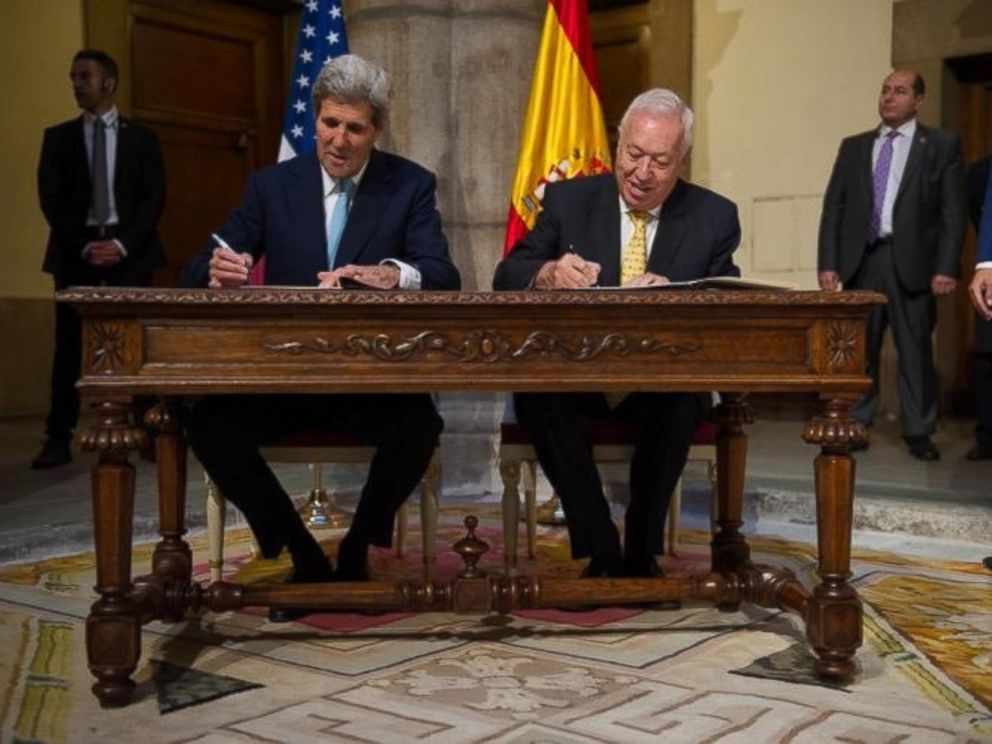 PHOTO: U.S. Secretary of State John Kerry and Spanish Foreign Minister Jose Manuel Garcia-Margallo sign a memorandum of understanding regarding the Palomares nuclear accident.