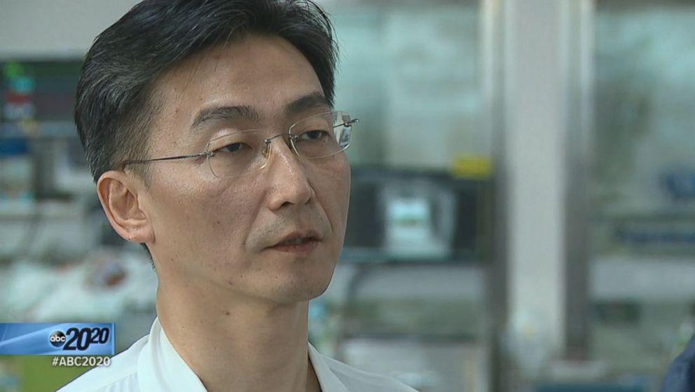 PHOTO: South Korean surgeon Lee Cook-jong speaks with ABC News Anchor Bob Woodruff.