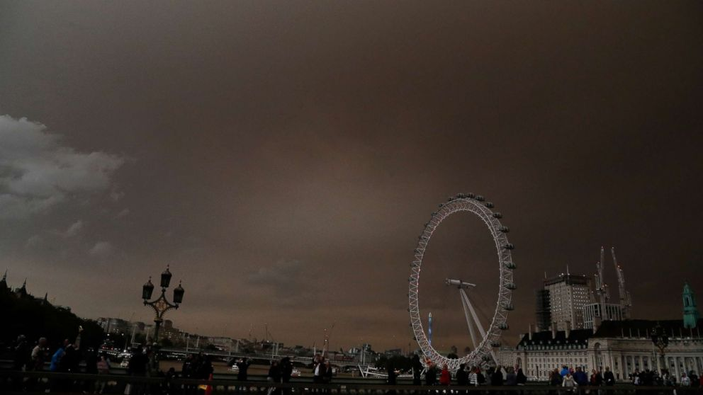 PHOTO: The sky over the London Eye is bathed in a dull orange sky in London, Oct. 16, 2017.
