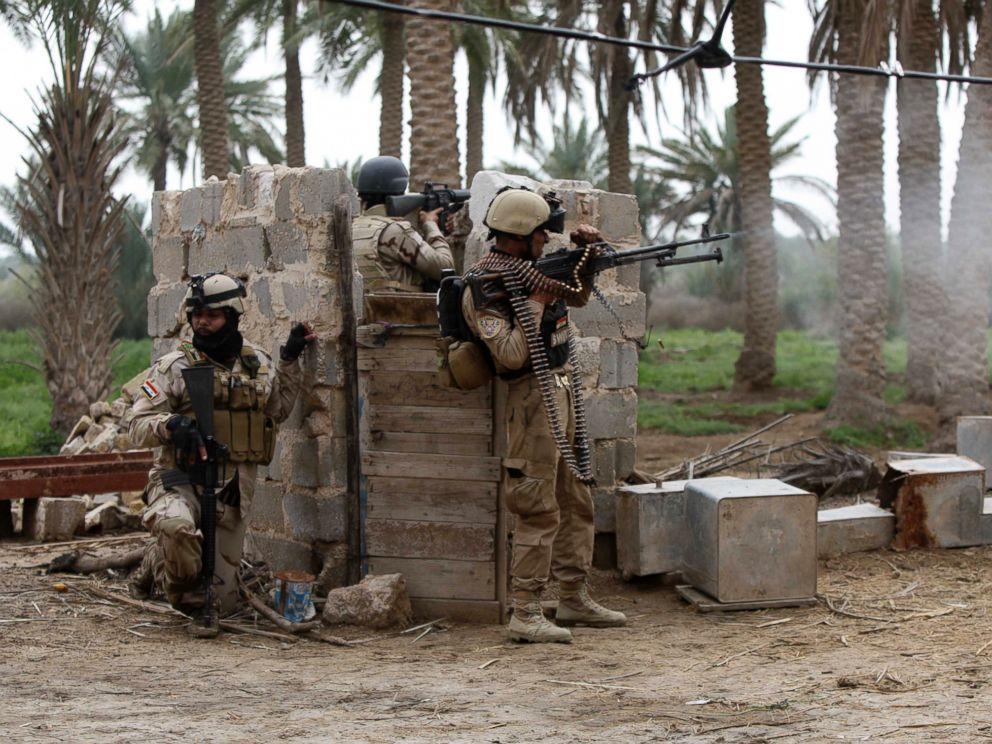 PHOTO: Personnel from Iraqi security forces take position with their weapons during clashes with the al Qaeda-linked Islamic State in Iraq and the Levant (ISIL) in Jurf al-Sakhar south of the Iraqi capital Baghdad, March 19, 2014.