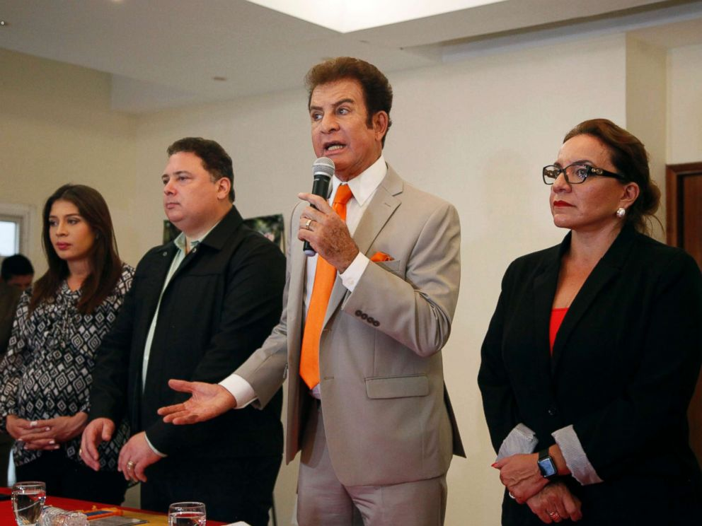 PHOTO: Opposition Alliance presidential candidate Salvador Nasralla gives a press conference at a hotel in Tegucigalpa, Honduras, Nov. 28, 2017.
