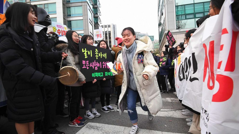 Cheering crowds greet South  Korean  students taking make-or-break college entrance exams
