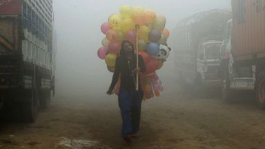PHOTO: A Pakistani vendor carries balloons on a street amid heavy smog in Lahore, Pakistan, Nov. 9, 2017.
