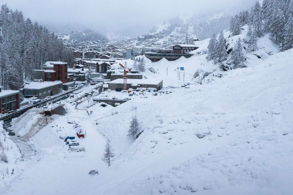 Thousands stranded in Alps by huge snowfall