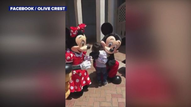 VIDEO: Mickey and Minnie Mouse sign 'I love you' to deaf boy at Disneyland