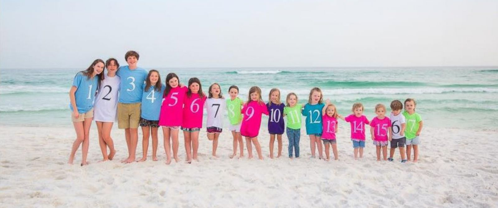 PHOTO: 17 cousins line up on the beach for a touching family photo.