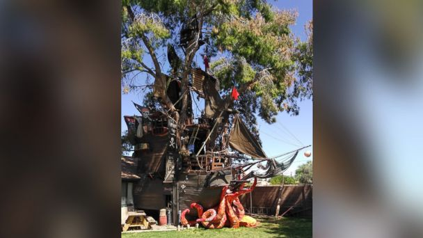 PHOTO: Steven Hill, of Casa Grande, Arizona, built a 35-foot tall pirate ship treehouse in his backyard.