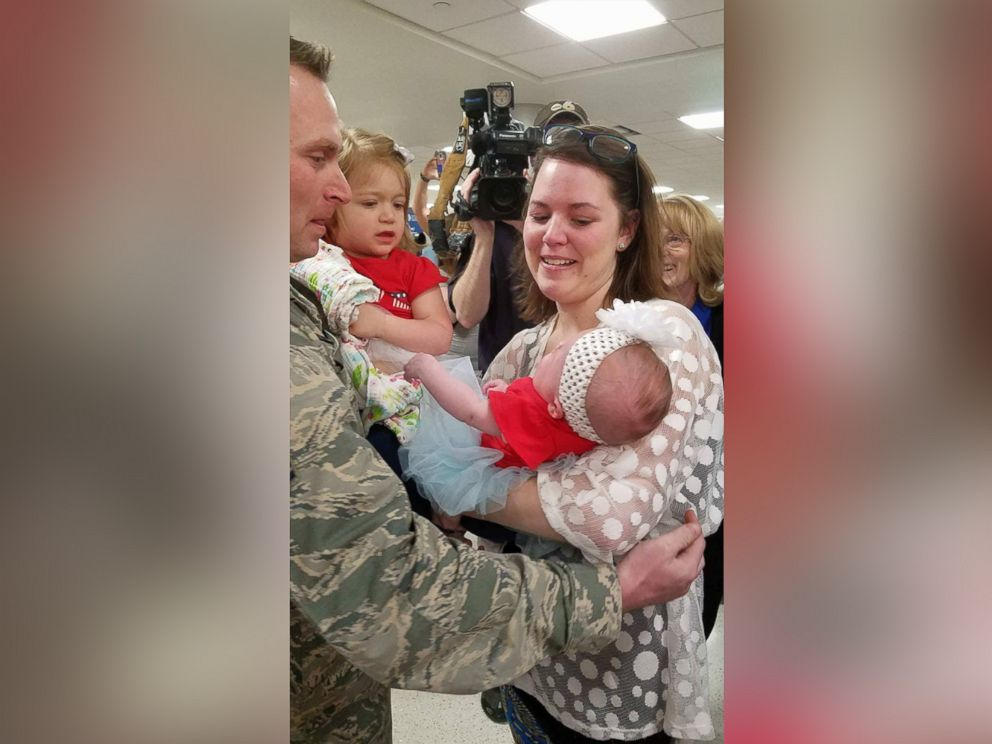 PHOTO: Sgt. Scott Cartwright met his 4-month-old baby girl, Jacqueline Eloise, for the first time on Monday at the John Glenn International Airport in Columbus, Ohio.