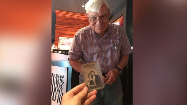 PHOTO: Arthur Dean Brook shared a picture of himself and his wife, Jane, to fellow diners at an Outback Steakhouse, April 22, 2017.