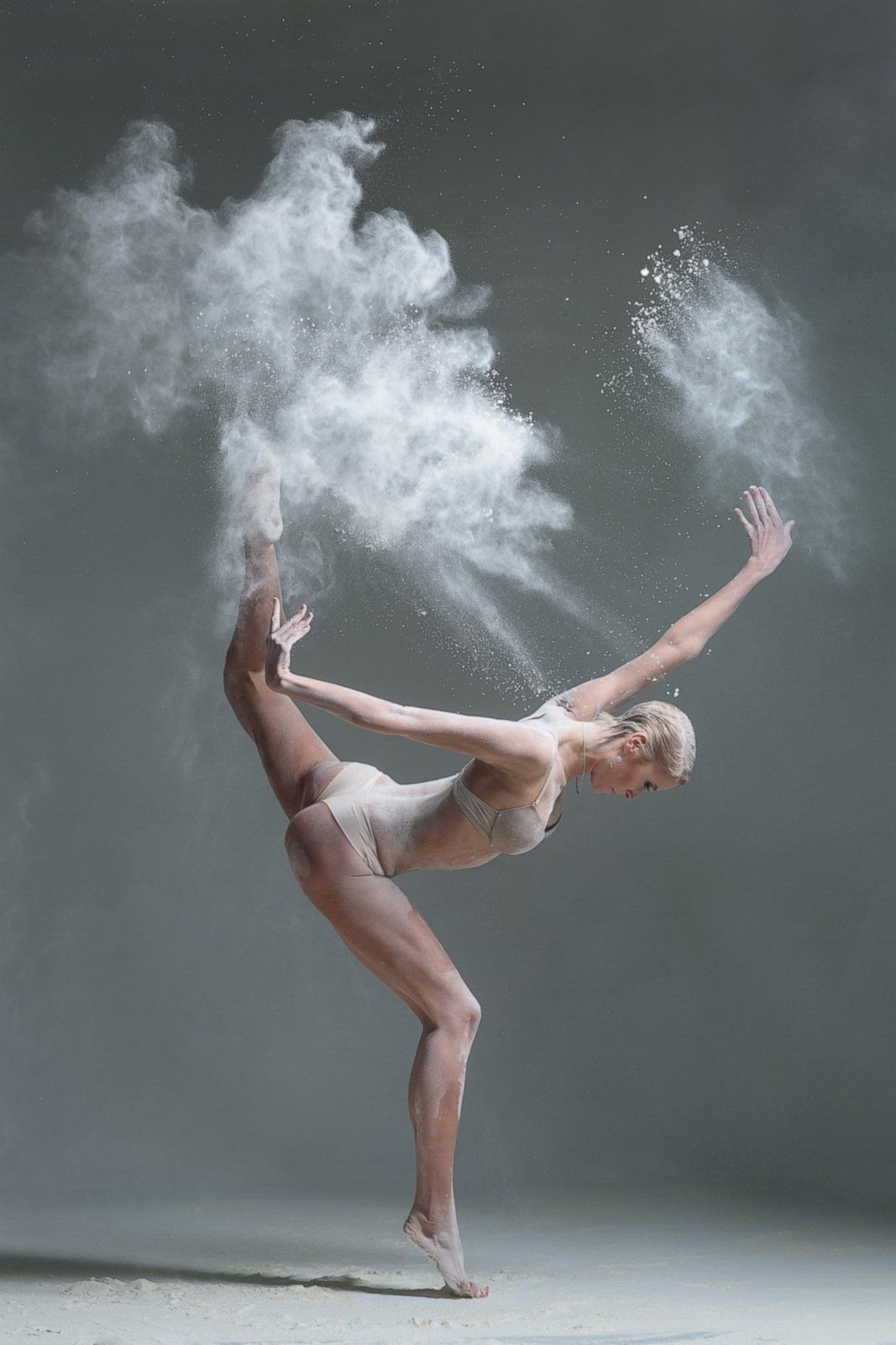 Фото девушки во время танца 24 фотография