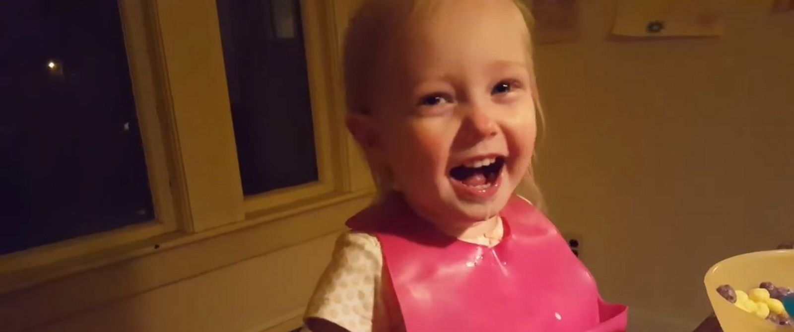PHOTO: A cute toddler cant stop laughing while her dad tries to explain what snow is to her.