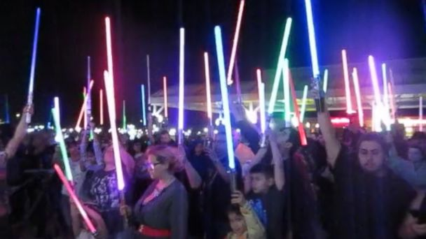 Star Wars fans at movie theaters in Texas held a vigil for Carrie Fisher by raising lightsabers into the air in a powerful tribute to the late actress.