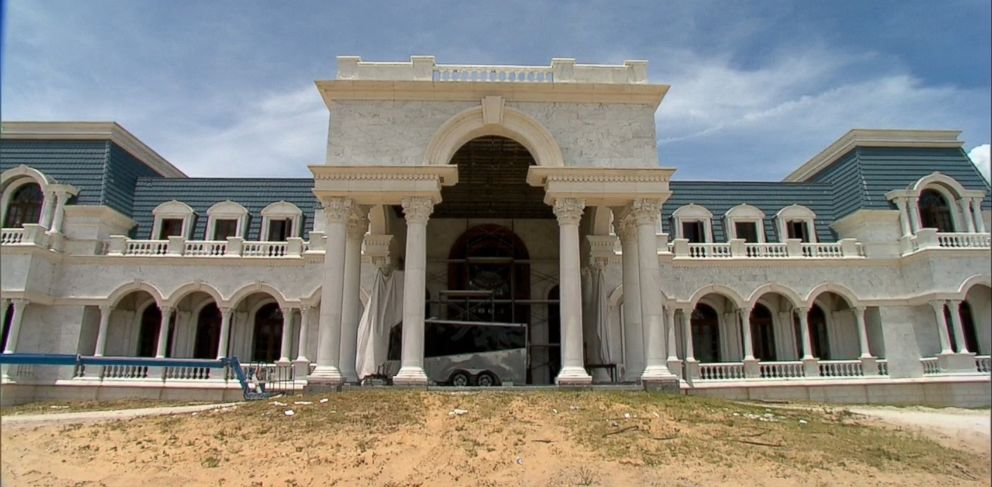 Billionaire couple David and Jackie Siegel says their Versailles super-mansion is again under construction and will be finished by 2017.
