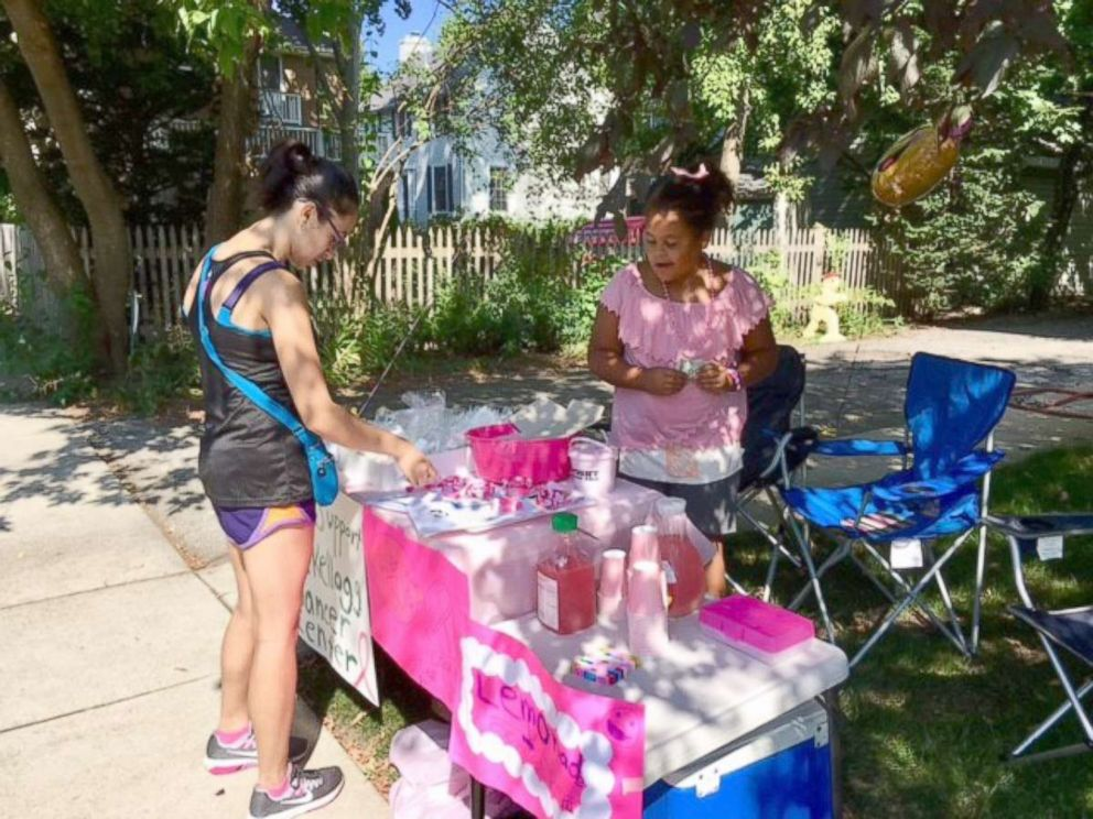 PHOTO: Olivia Ohlson, 10, sells baked goods to a customer at a bake sale she held in her Evanston, Illinois, neighborhood.
