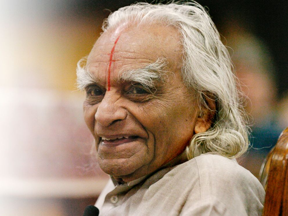 PHOTO: Yoga Master B.K.S. Iyengar teaches a class to 800 students at The 10th Annual Yoga Journal Colorado Conference in Estes Park, Colorado on Sept. 28, 2005.