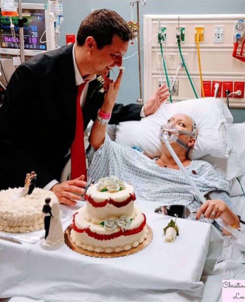 PHOTO: Dave et Heather Mosher coupent leur gâteau lors de leurs noces à l'hôpital St. Francis de Hartford, Connecticut, le 22 décembre 2017.