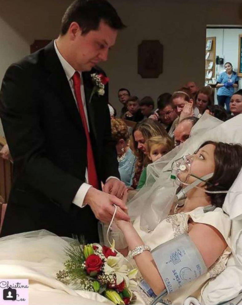 PHOTO: Dave et Heather Mosher échangent des vœux lors de leur mariage à l'hôpital St. Francis de Hartford, au Connecticut, le 22 décembre 2017.