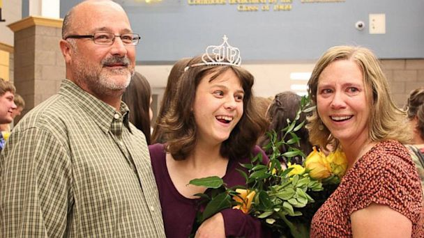 ht homecoming queen cerebal palsy jtm 130926 16x9 608 Iowa Teen With Cerebral Palsy Crowned Homecoming Queen