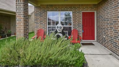 PHOTO: Realtor Dresses in Panda Costume to Help Sell Home