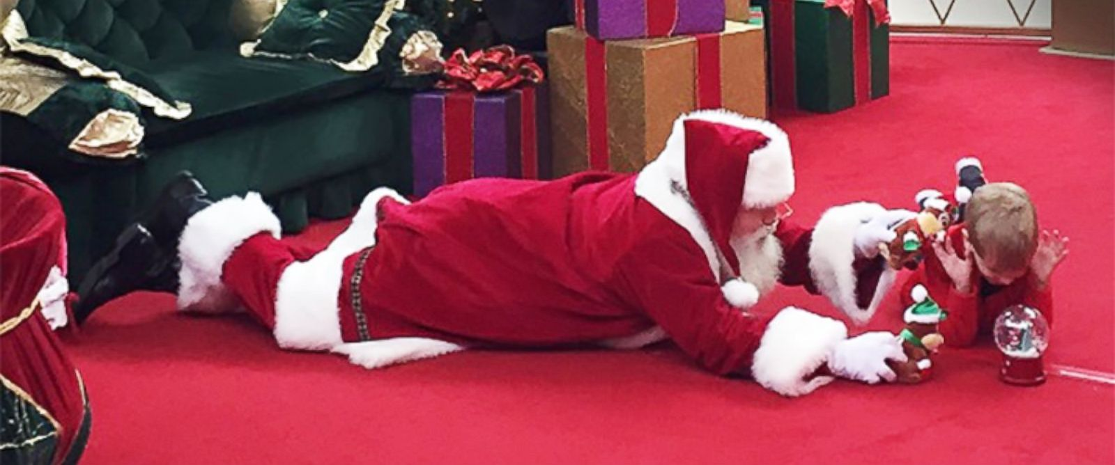 PHOTO: A little boy who didnt want to sit in Santas lap got to bond with him on the floor instead.
