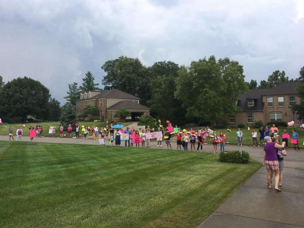 PHOTO: Amy Kleiner was surprised by her best friend, Tera Kiser, with a neighborhood parade to celebrate her last chemo treatment.