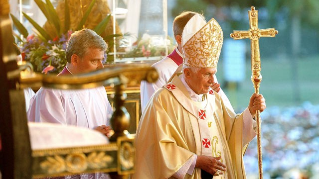 PHOTO: Pope Benedict XVI arrives at the altar to lead holy mass at Antonio Maceo Square in Santiago de Cuba, March 26, 2012.
