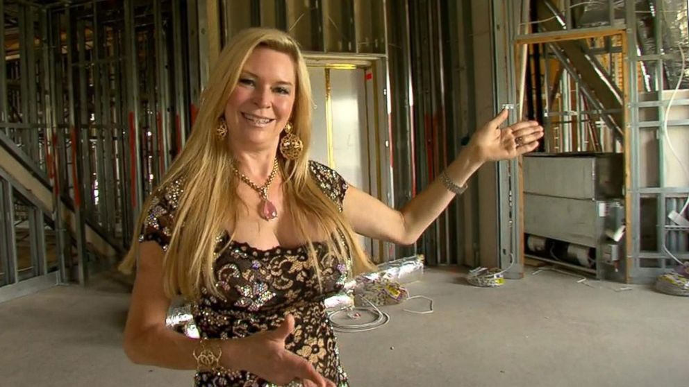 39 queen of versailles 39 gives tour of 90 000 sq ft orlando for Queen of versailles