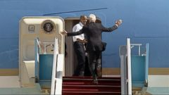 President Obama Motions Tardy Bill Clinton to Get on Air Force One