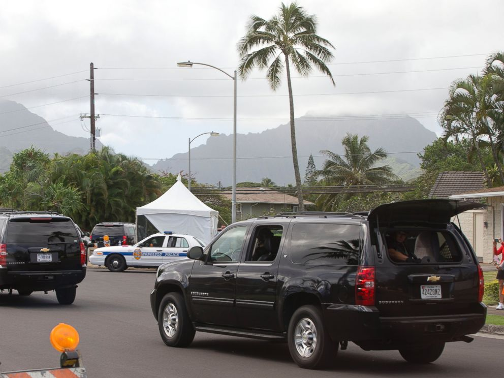 PHOTO: The motorcade carrying President Barack Obama to play golf at Marine Corps Base Hawaii passes a waving child in Kailua, Hawaii, Dec. 20, 2014.