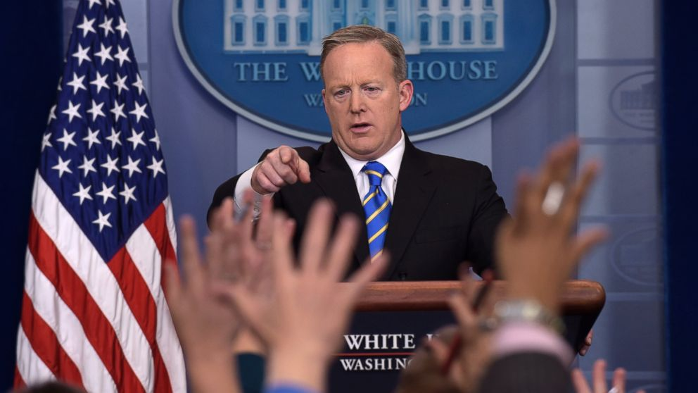 PHOTO: White House press secretary Sean Spicer calls on a reporter during the daily briefing at the White House in Washington, Jan. 24, 2017.
