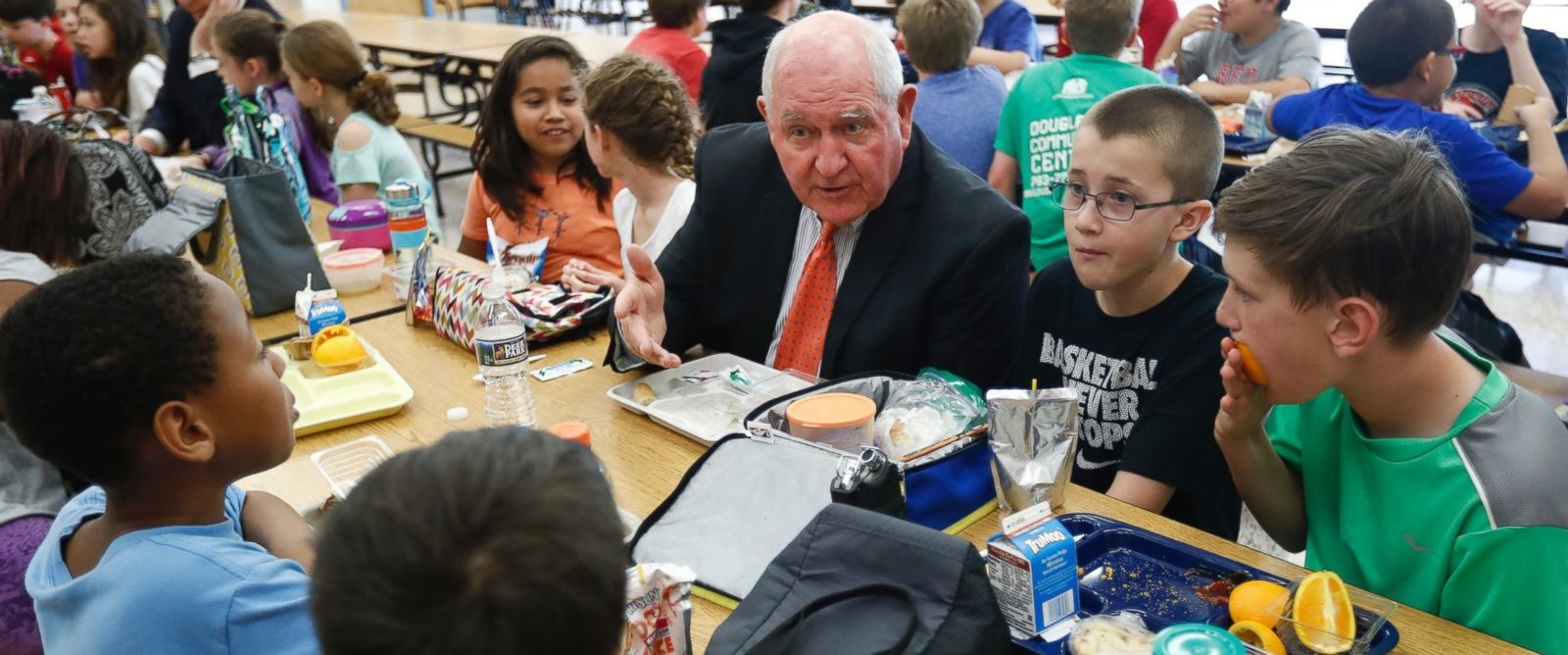 PHOTO: Agriculture Secretary Sonny Perdue has lunch with students in the cafeteria at Catoctin Elementary School in Leesburg, Va., May 1, 2017.