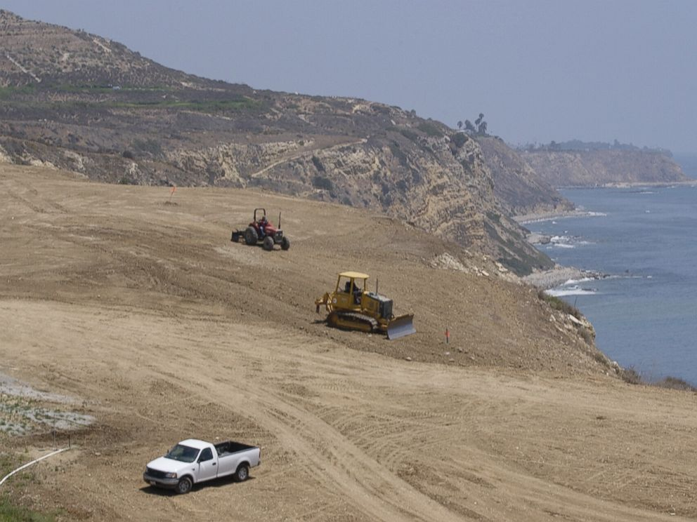 PHOTO: Construction crews work to restore the 18th hole and adjacent areas at the Trump National Golf Club - Los Angeles Wednesday, Aug. 4, 2004, in Rancho Palos Verdes, California.
