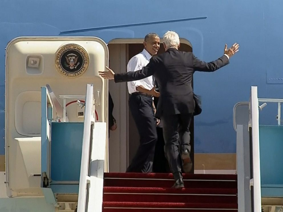 PHOTO: Former President Bill Clinton and President Obama are seen boarding Air Force One in Israel, Sept. 30, 2016.