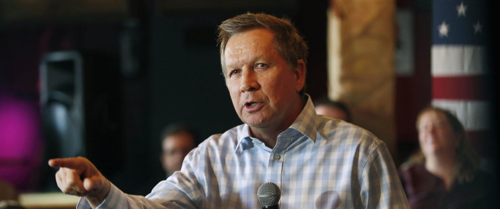 PHOTO: Republican presidential candidate, Ohio Gov. John Kasich speaks to voters during a campaign stop at a music club tavern called the Stone Church, Jan. 25, 2016, in Newmarket, N.H.