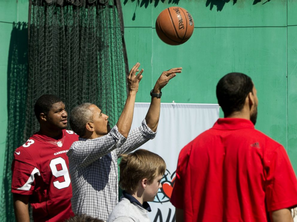 PHOTO: President Barack Obama shoots a basket as he plays on the basketball court on the South Lawn of the White House in Washington during the White House Easter Egg Roll, Monday, April 6, 2015.
