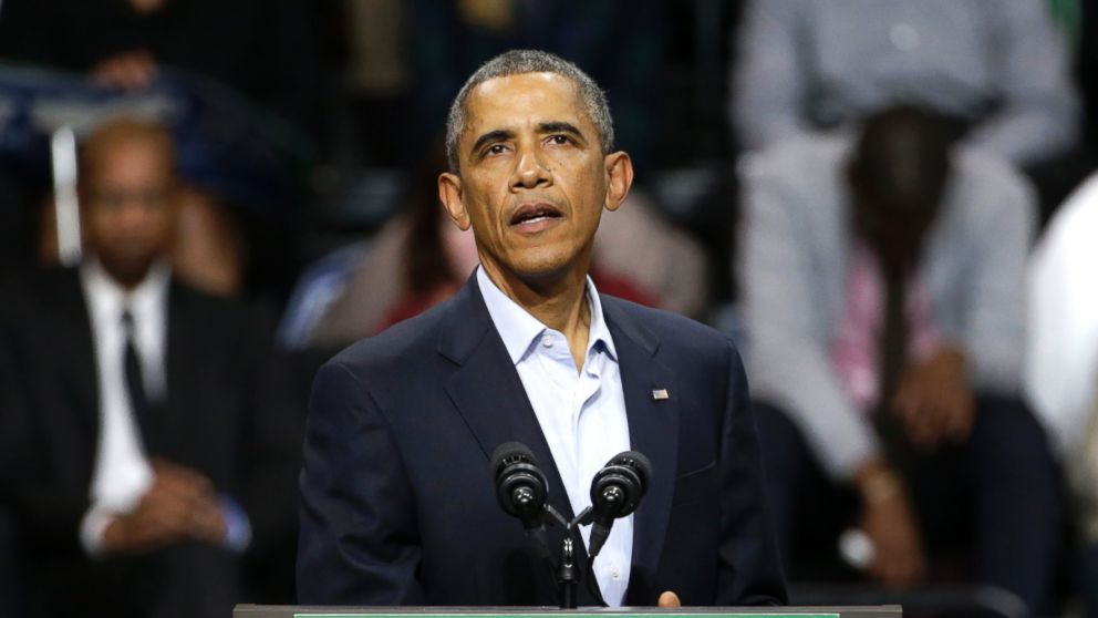 PHOTO: President Barack Obama pauses in his speech during an early voting and campaign rally for Illinois Gov. Pat Quinn at Chicago State University on Oct. 19, 2014, in Chicago.