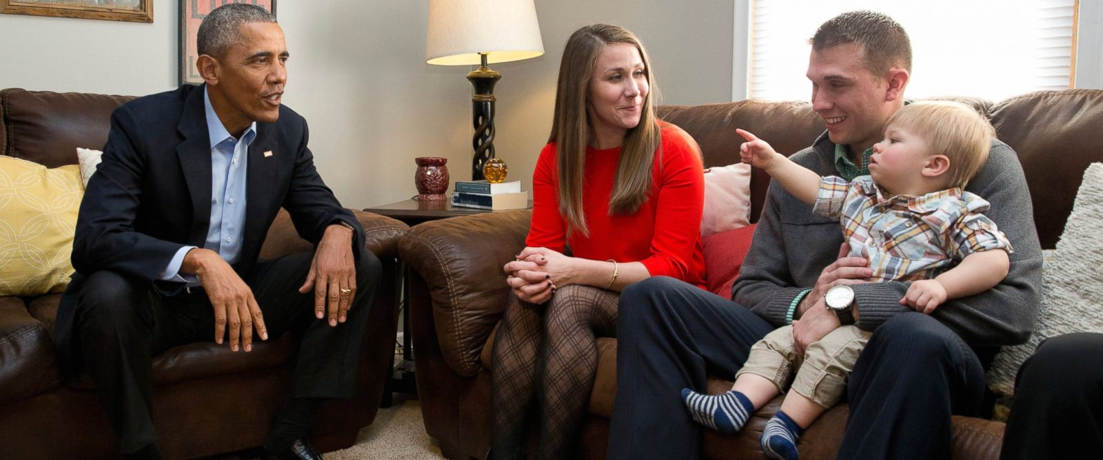 PHOTO: President Barack Obama visits with Lisa Martin, who wrote the president, her husband Jeff Martin and their son Cooper in their living room, in Omaha, Neb., Jan. 13, 2016.