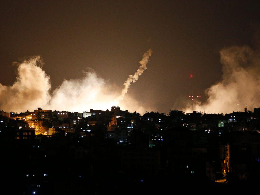 PHOTO: עשן מזיקוקין עולה בשמי בעיר עזה, שבצפון רצועת עזה, 17 ביולי 2014.