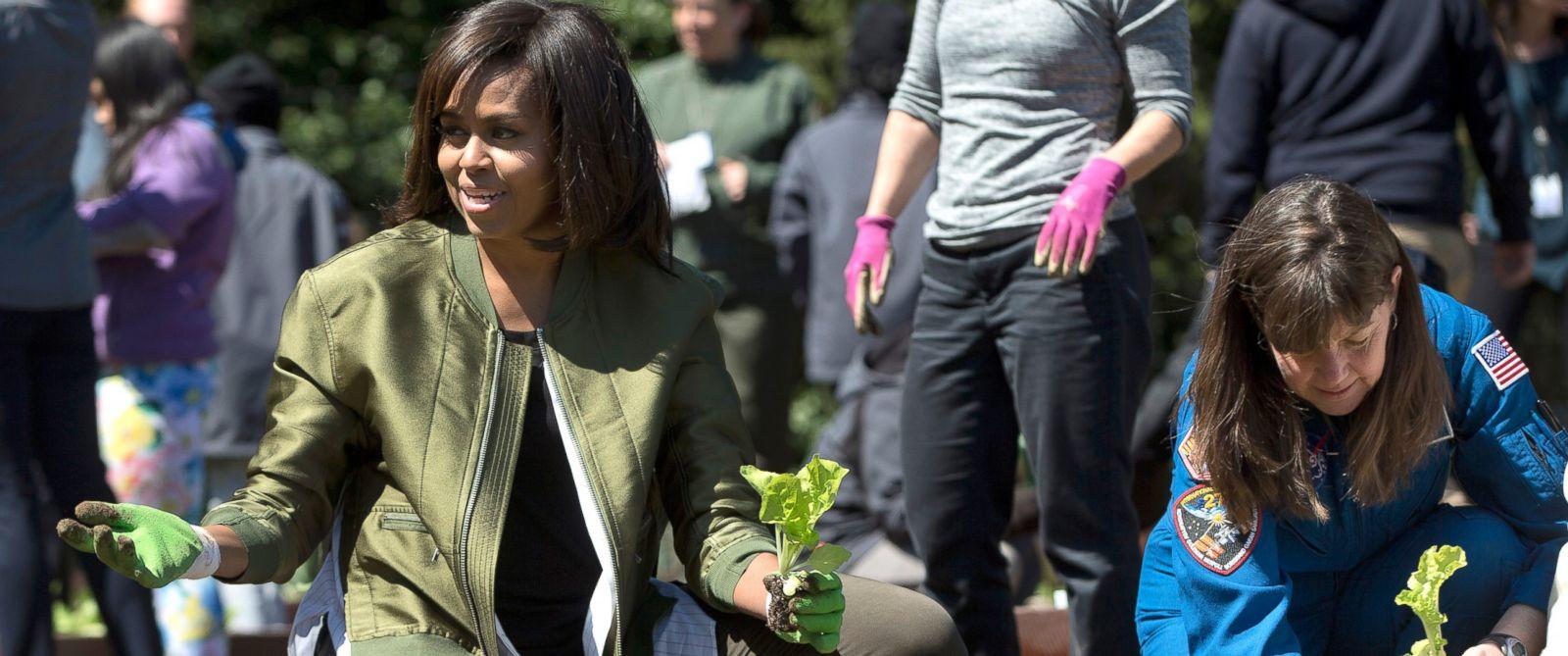 Michelle Obama Kitchen Garden First Lady Michelle Obama Plants Her Last White House Garden Abc