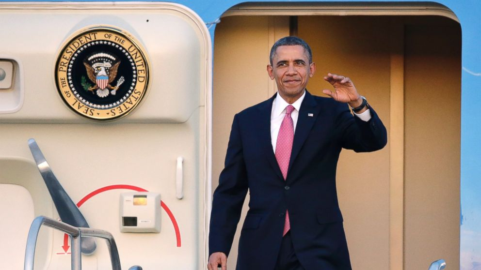 PHOTO: President Barack Obama waves after arriving, Nov. 24, 2013, at Seattle-