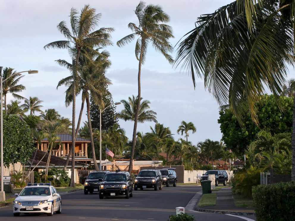 PHOTO: The motorcade carrying President Obama drives to the gym on Dec. 31, 2014, from his rental home in Kailua, Hawaii, during the Obama family vacation.